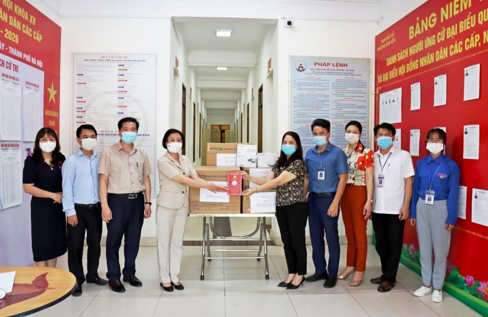 Sơn Tây trao tặng các trang thiết bị, vật tư y tế phòng chống dịch Covid -19