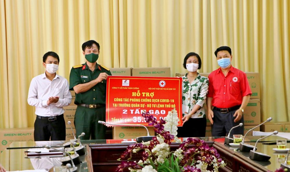Thăm, tặng quà Trường Quân sự - Bộ Tư lệnh Thủ đô Hà Nội