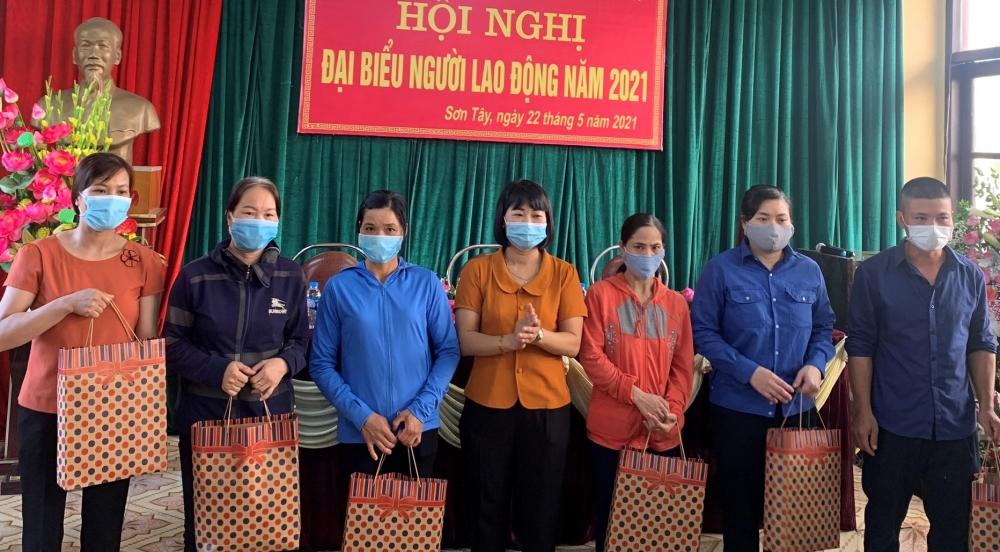 Liên đoàn Lao động thị xã Sơn Tây trao hỗ trợ cho công nhân lao động