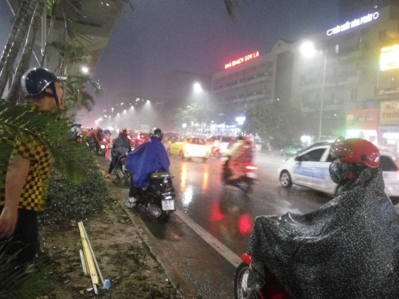 Giao thông trên nhiều tuyến phố hỗn loạn vì mưa giông