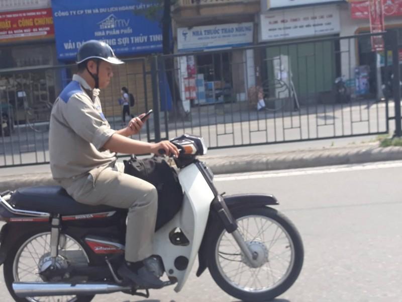 Sử dụng điện thoại khi tham gia giao thông: Cần sớm chấn chỉnh