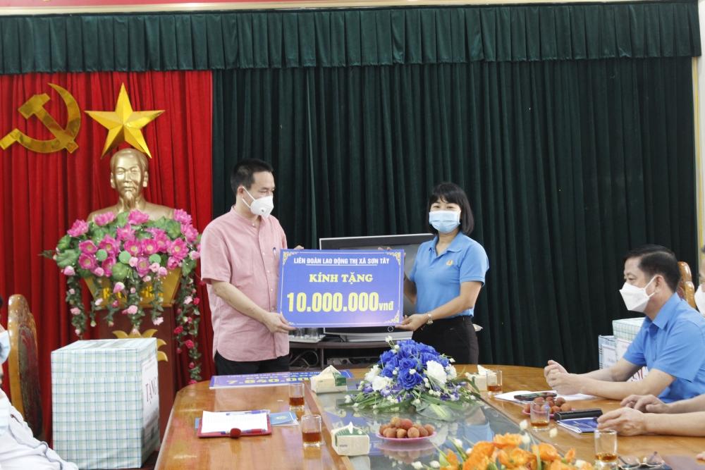 Động viên y, bác sĩ tuyến đầu chống dịch tại Sơn Tây