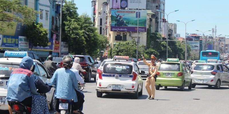 """Cảnh sát giao thông căng mình dưới """"chảo lửa"""" Hà Thành"""