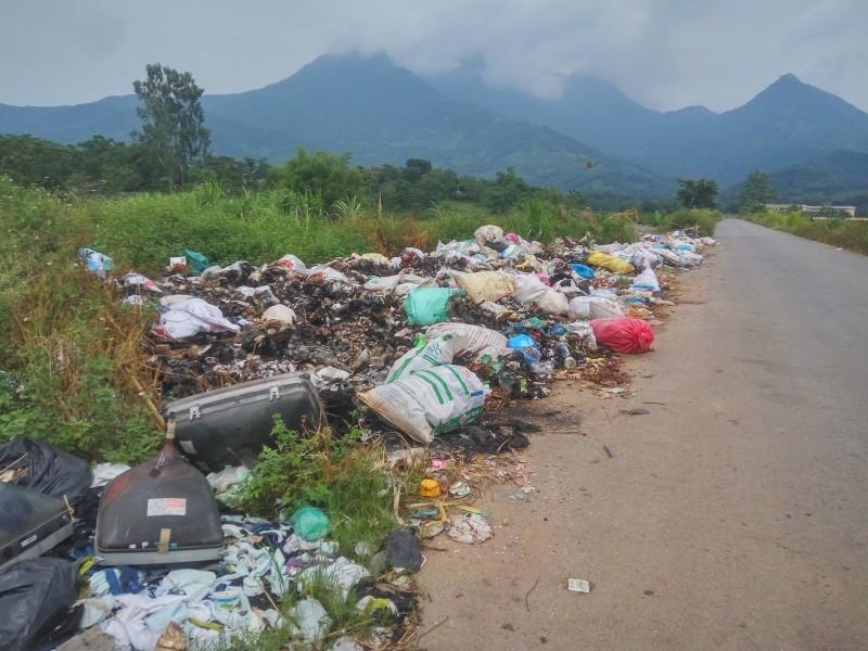 Bãi rác tự phát chiếm lòng đường gây ô nhiễm môi trường