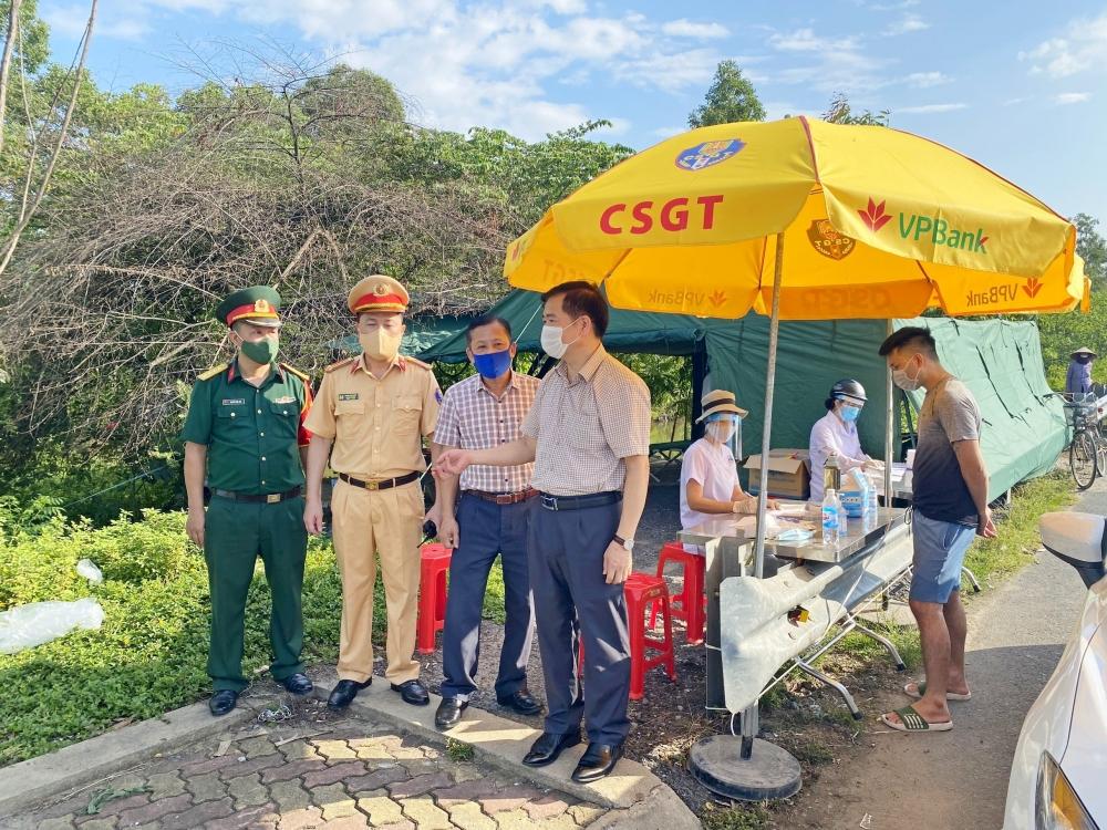 Lãnh đạo thị xã Sơn Tây thăm và động viên lực lượng làm nhiệm vụ tại chốt kiểm soát dịch