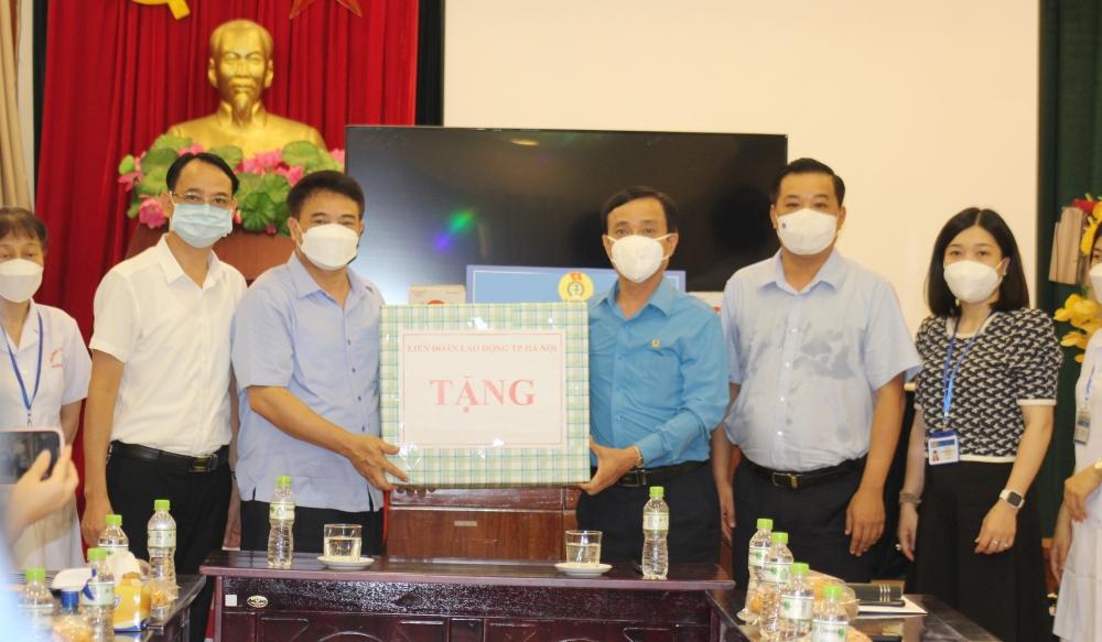 Lãnh đạo Liên đoàn Lao động Thành phố động viên y, bác sĩ tuyến đầu chống dịch