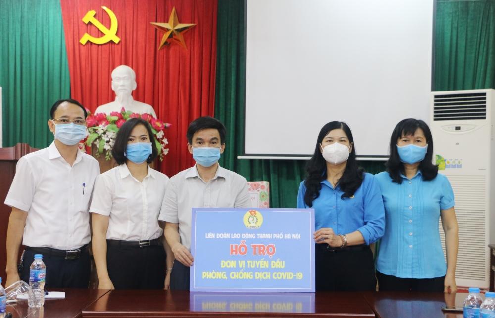Lãnh đạo Liên đoàn Lao động Thành phố thăm, tặng quà y, bác sĩ tuyến đầu chống dịch