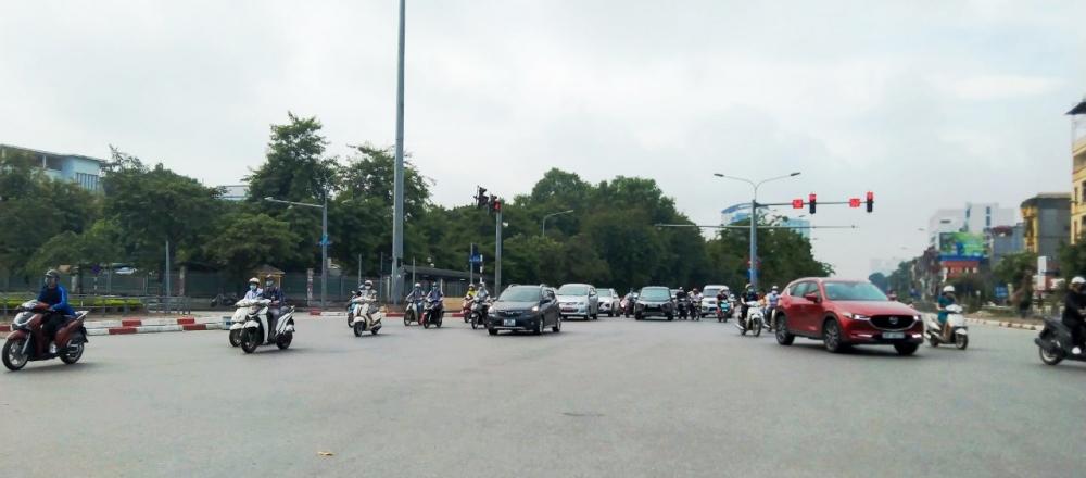 Đường phố Hà Nội vẫn tấp nập dù đang trong thời gian giãn cách