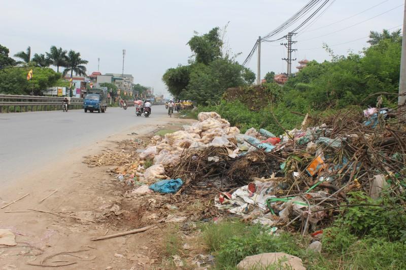 Bãi rác tự phát gây ô nhiễm ven Quốc lộ 1A đoạn xã Liên Ninh, Thanh Trì