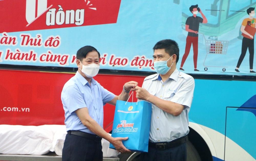 """500 """"Túi An sinh Công đoàn"""" đến với người lao động Tổng Công ty Vận tải Hà Nội"""