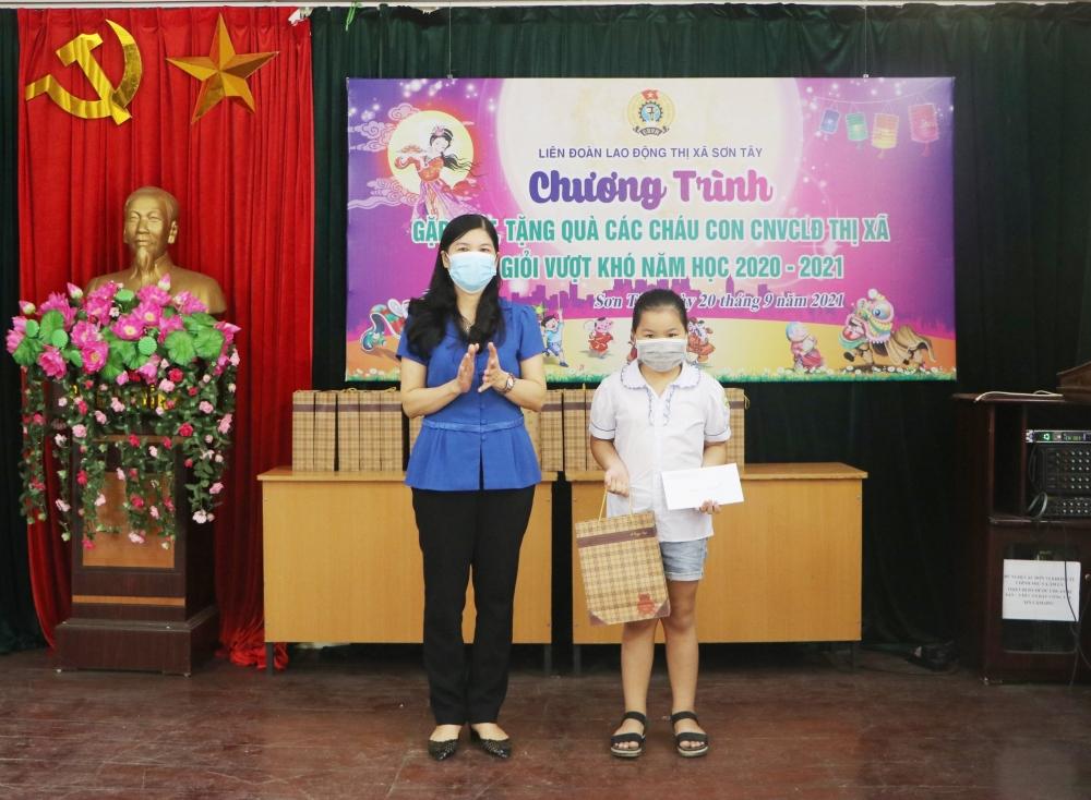 LĐLĐ thị xã Sơn Tây trao quà cho con đoàn viên, người lao động có hoàn cảnh khó khăn