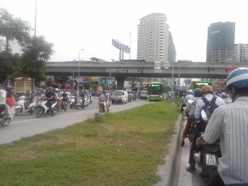 Cần mạnh tay xử lý hành vi lấn làn buýt nhanh BRT