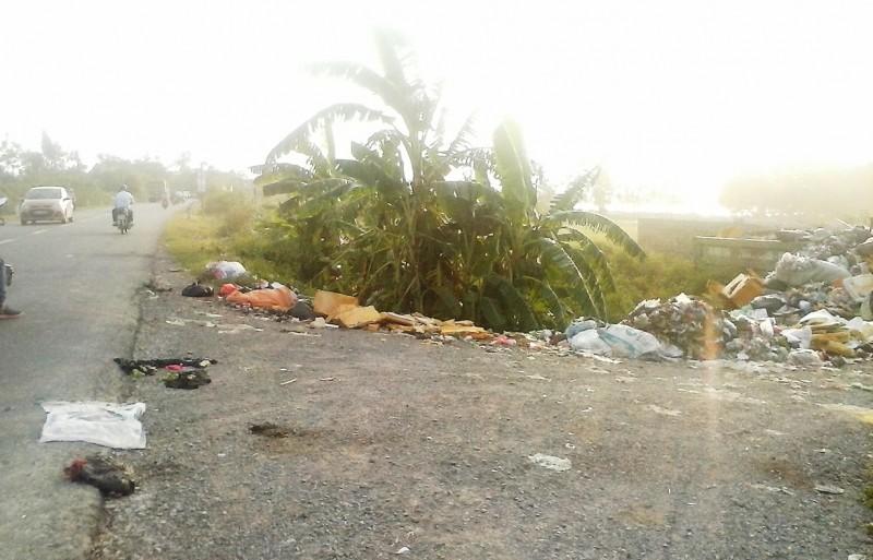 Bãi rác tự phát gây ô nhiễm trên Quốc lộ 21B