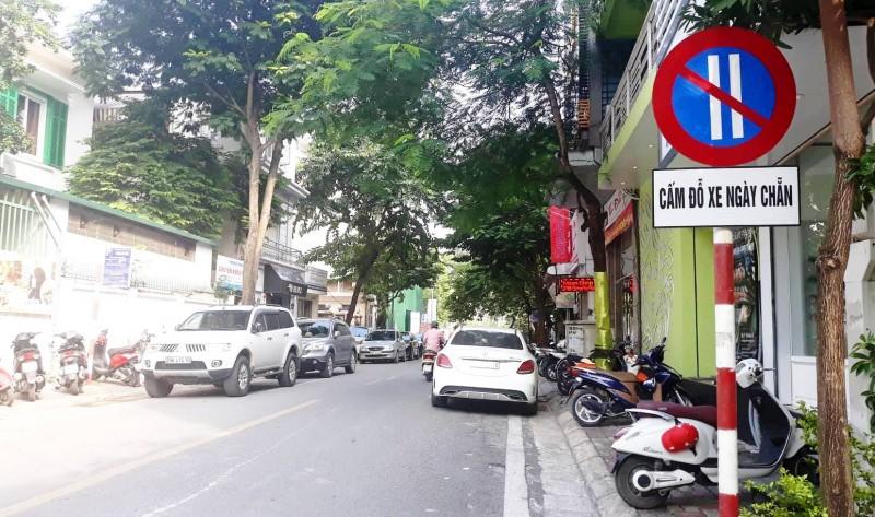 """Nhiều phương tiện dừng """"nhầm hướng"""" trên phố đỗ xe chẵn, lẻ"""
