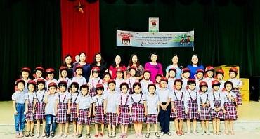 Hà Nội trao tặng mũ bảo hiểm cho học sinh lớp 1