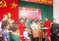 Hơn 50 suất quà được trao cho trẻ khuyết tật ở huyện Ba Vì