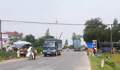 Ẩn họa giao thông từ việc 'họp chợ' trên đường