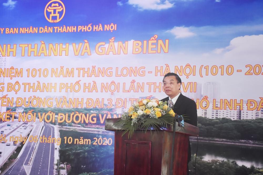 Gắn biển công trình đầu tư xây dựng tuyến đường Vành đai 3 đi thấp qua hồ Linh Đàm