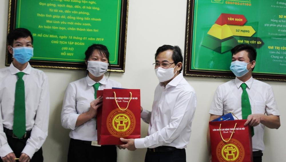 Lãnh đạo LĐLĐ thành phố Hà Nội trao hỗ trợ cho người lao động tại Công ty TNHH Vận tải công nghệ Mai Linh Hà Nội