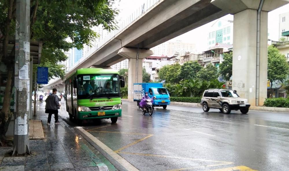 Xe buýt, taxi Hà Nội vắng khách trong ngày hoạt động trở lại