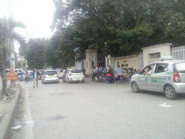 Lộn xộn, ùn ứ trước cổng bệnh viện