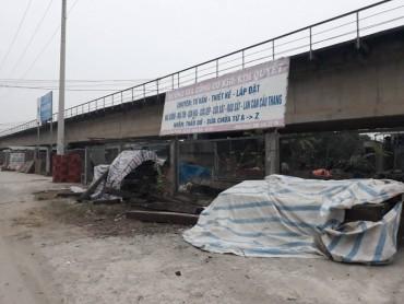 """Chân cầu Thăng Long bị """"bao vây"""" bởi nhà xưởng, hàng quán"""