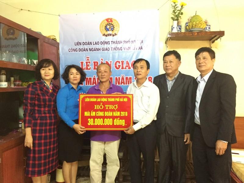 Công đoàn ngành GTVT Hà Nội trao 'Mái ấm công đoàn'