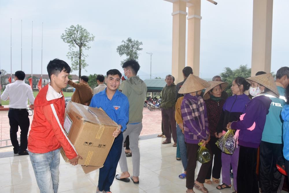 Người dân vùng ngập lụt Hà Tĩnh phấn khởi khi được khám bệnh, cấp thuốc miễn phí