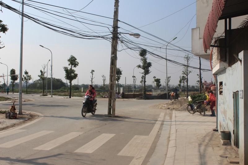 """Mất an toàn vì cột điện """"chình ình"""" giữa đường"""