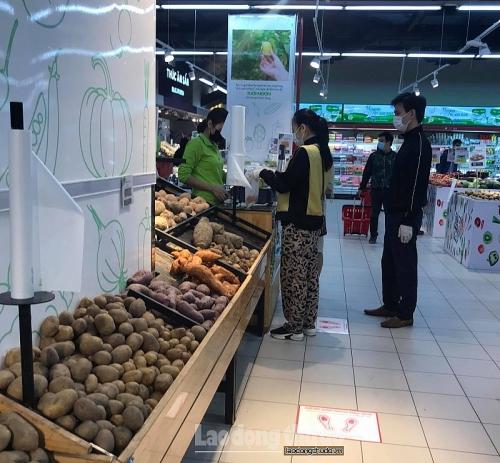 Giữ khoảng cách 2m tại các siêu thị, cửa hàng: Cần sự tự giác trong cộng đồng