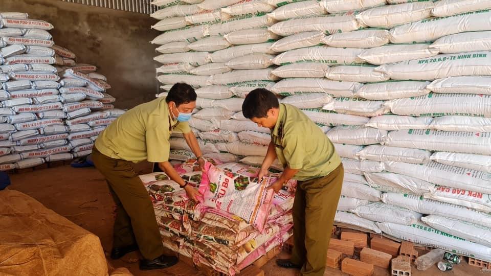 Quản lý thị trường tỉnh Gia Lai tạm giữ gần 1 tấn phân bón hết hạn sử dụng