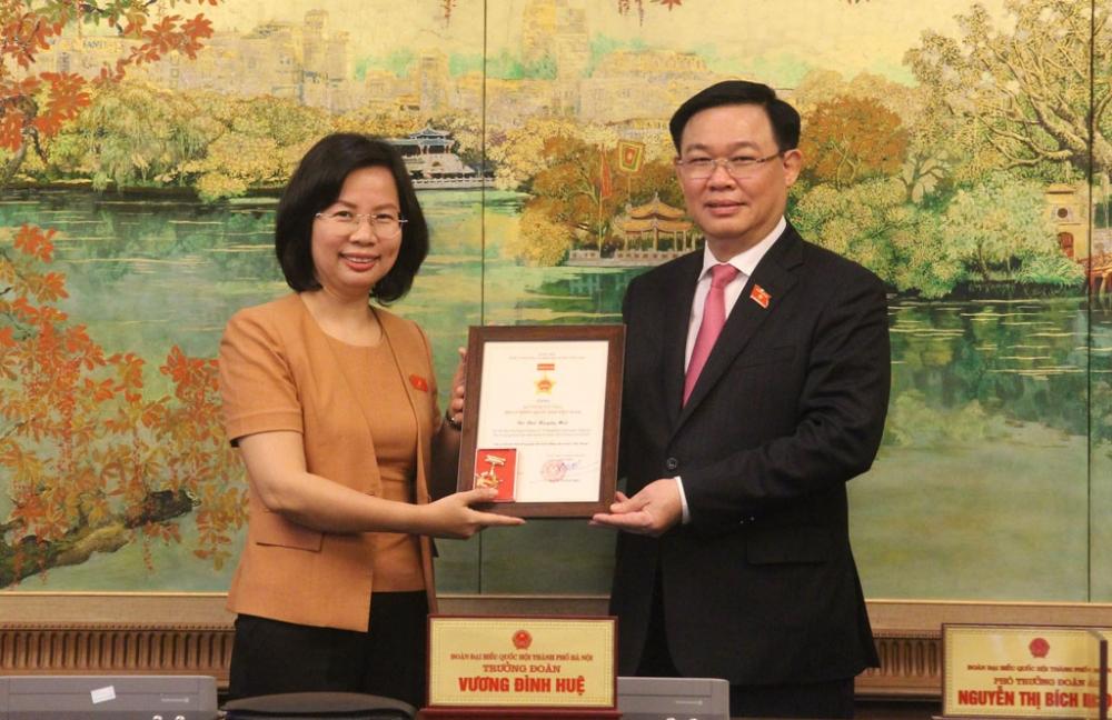 Các đại biểu Quốc hội Khóa XIV đoàn Hà Nội nhận Kỷ niệm chương hoạt động Quốc hội Việt Nam