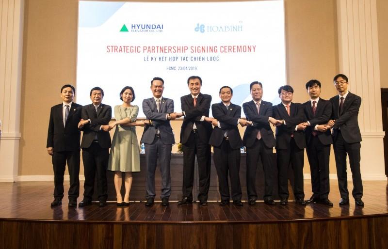 Hòa Bình ký kết thỏa thuận phát hành riêng lẻ và hợp tác với Hyundai Elevator