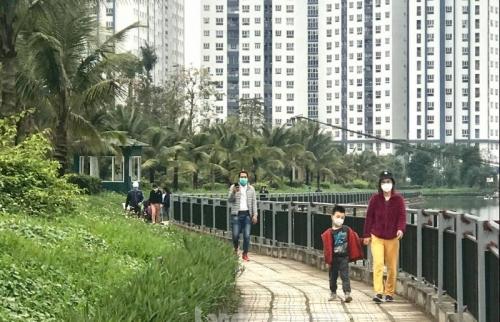 Phớt lờ lệnh cách ly xã hội người dân Thanh Hà vẫn tập thể dục tấp nập quanh hồ