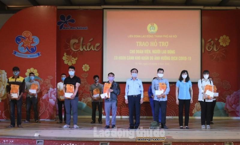 Trao hỗ trợ cho người lao động khó khăn do ảnh hưởng dịch Covid-19 quận Hà Đông