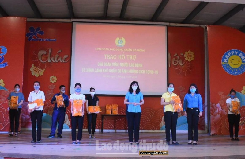 Trao tặng 315 suất quà đến người lao động quận Hà Đông tại Tết Sum vầy năm 2021
