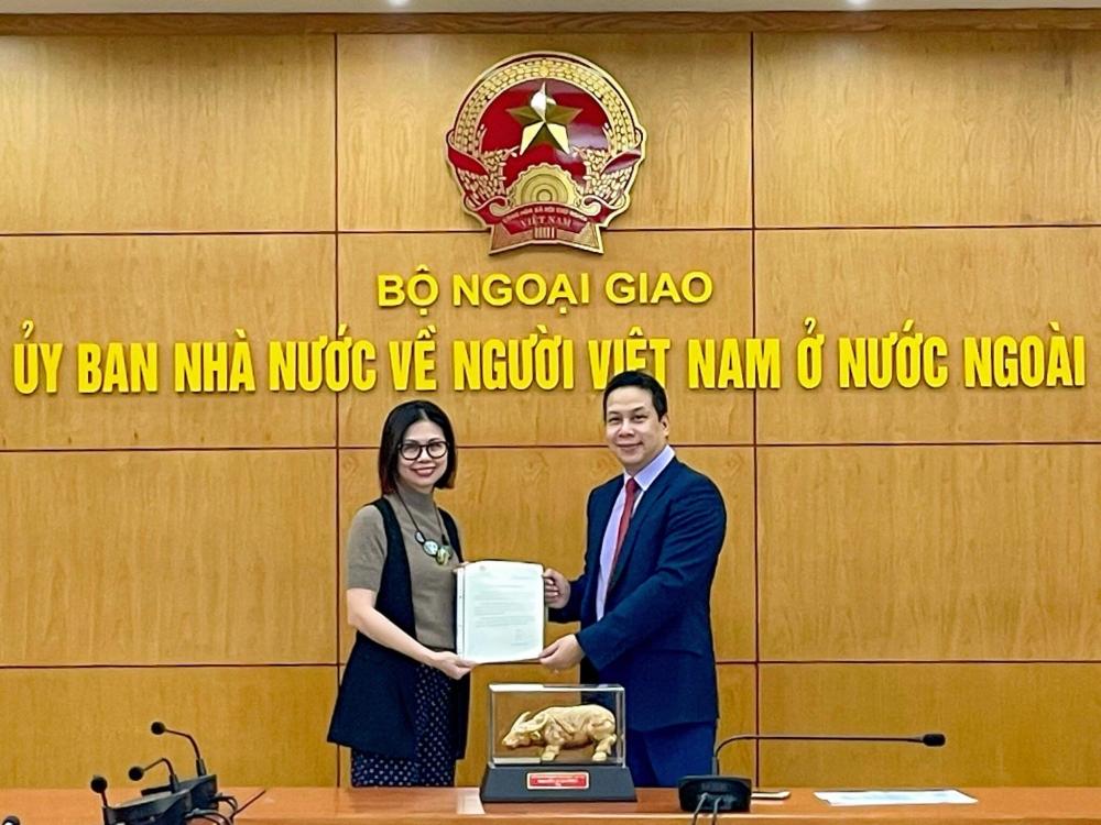 Hội Người Việt Nam tại Angola nhận thư và quà của Thủ tướng Chính phủ
