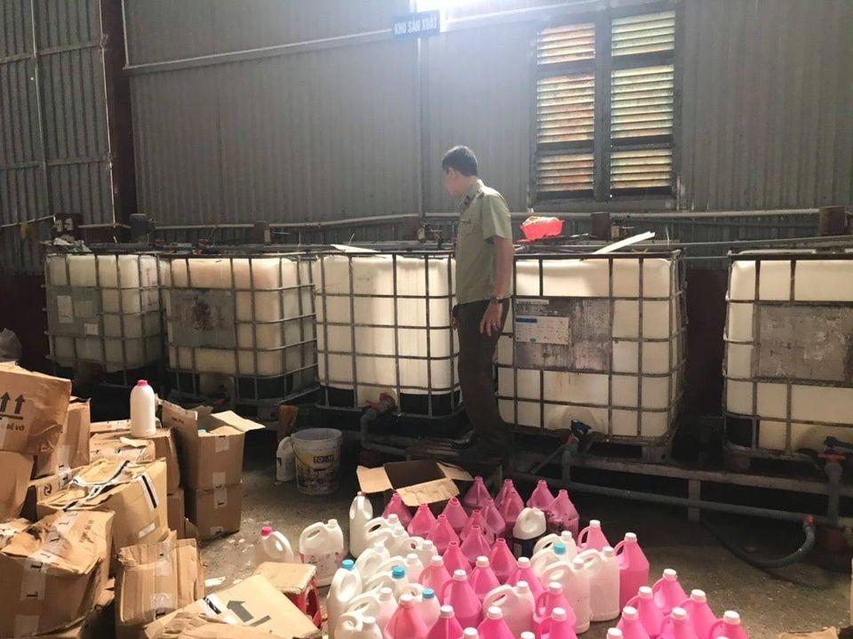 Hà Nội: Bắt quả tang cơ sở sản xuất nước giặt giả nhãn hiệu D-nee, Comfort