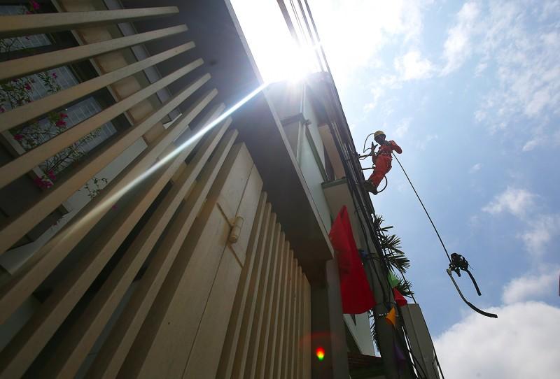 Công nhân điện Hà Nội gồng mình dưới nắng nóng