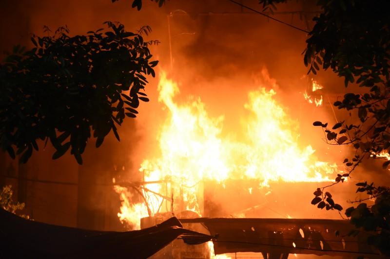 Clip cháy lớn tại quán bia ở đường Quán Sứ