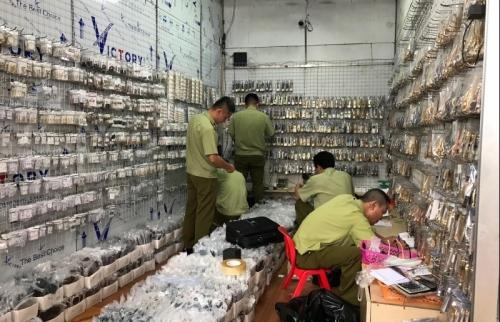 Hà Nội: Hàng nghìn sản phẩm giả bị thu giữ tại chợ Ninh Hiệp