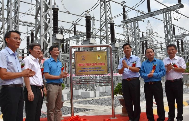 Gắn biển công trình chào mừng kỷ niệm 90 năm Ngày thành lập Công đoàn Việt Nam