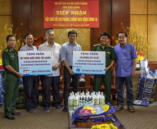 Tập đoàn Xây dựng Hòa Bình trao quà cho bộ đội biên phòng và học sinh vùng biên
