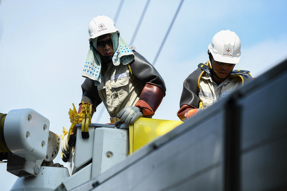 Thợ hotline và cuộc chiến cân não trên đường dây điện sống