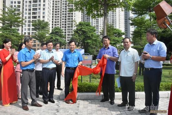 Gắn biển công trình chào mừng Đại hội Đảng bộ quận Thanh Xuân lần thứ VI