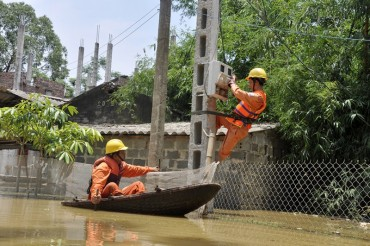 Nỗ lực bảo đảm cấp điện an toàn cho người dân vùng ngập lũ