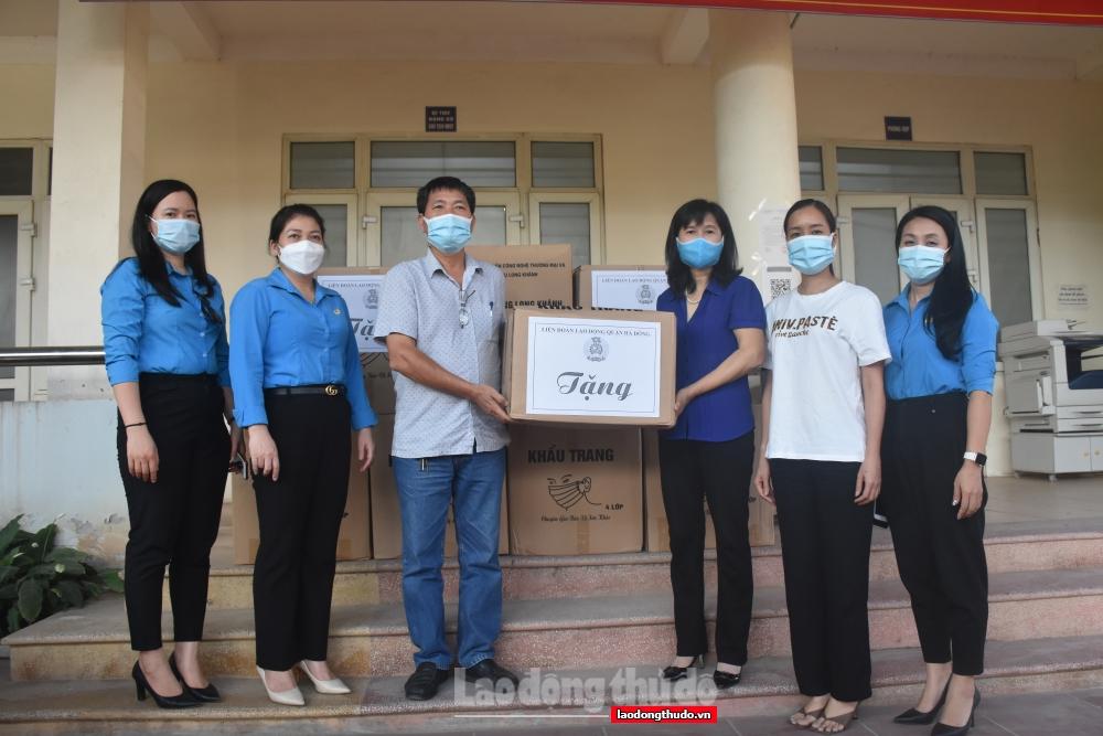Liên đoàn Lao động quận Hà Đông: Thăm, tặng quà cán bộ, chiến sĩ, người lao động tại các chốt kiểm soát
