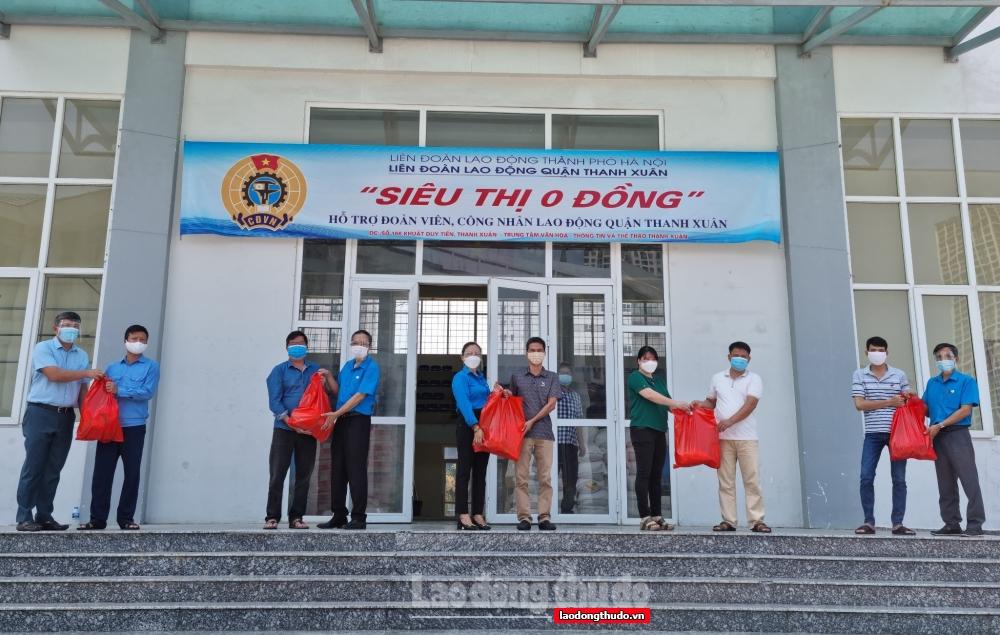 Quận Thanh Xuân: Công nhân lao động xúc động nhận quà từ chương trình