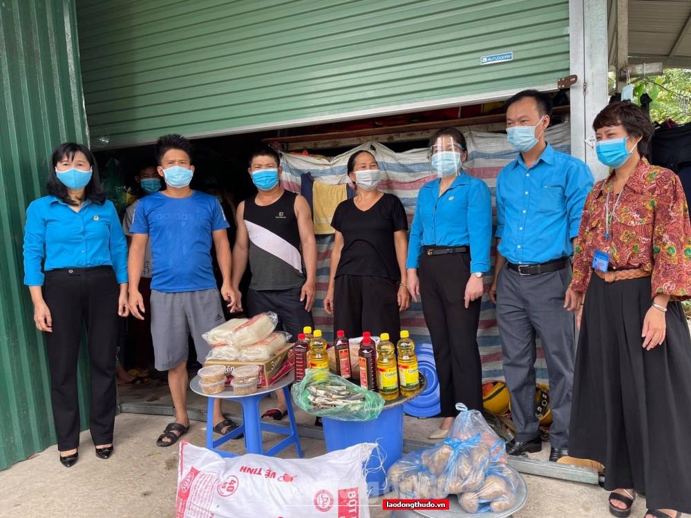 Người lao động hạnh phúc khi nhận được quà hỗ trợ từ Liên đoàn Lao động quận Hà Đông
