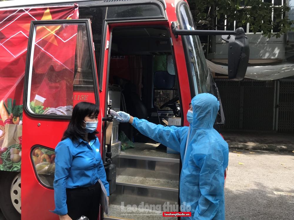 """Hơn 290 suất quà từ chuyến """"Xe buýt siêu thị 0 đồng"""" được trao cho  người lao động quận Hà Đông"""